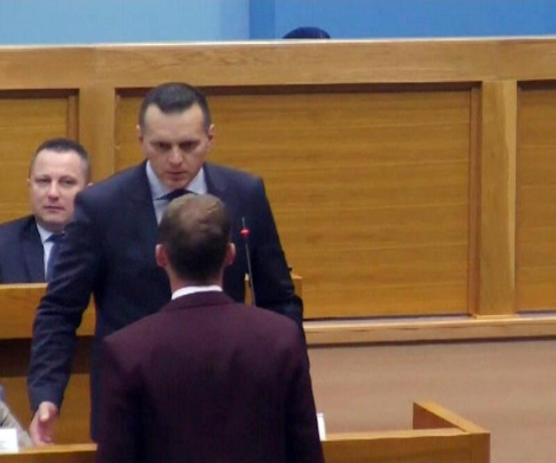 Sırp meclisinde tepki çeken olay