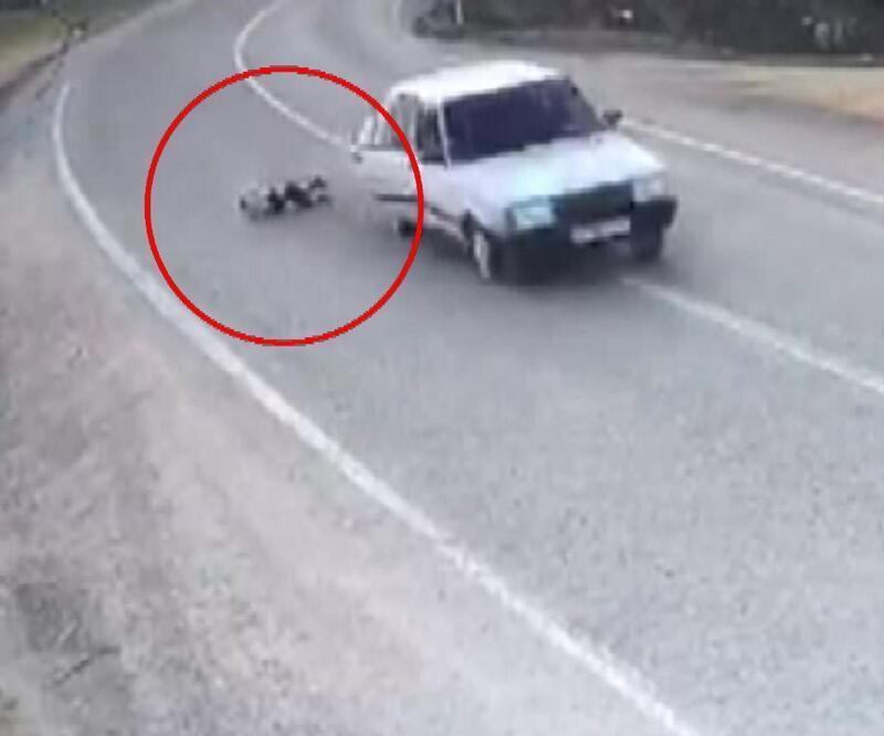 Çocuk otomobilden düştü