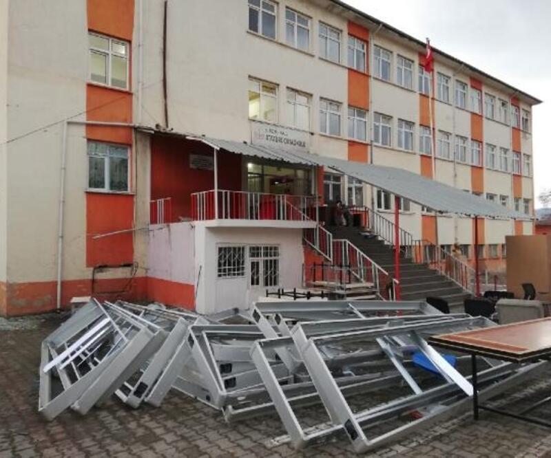 Depremde hasar gören 266 öğrencili okul boşaltıldı