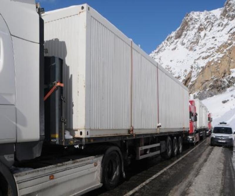 Elazığ'a gönderilen konteyner yüklü TIR'lar yolda mahsur kaldı