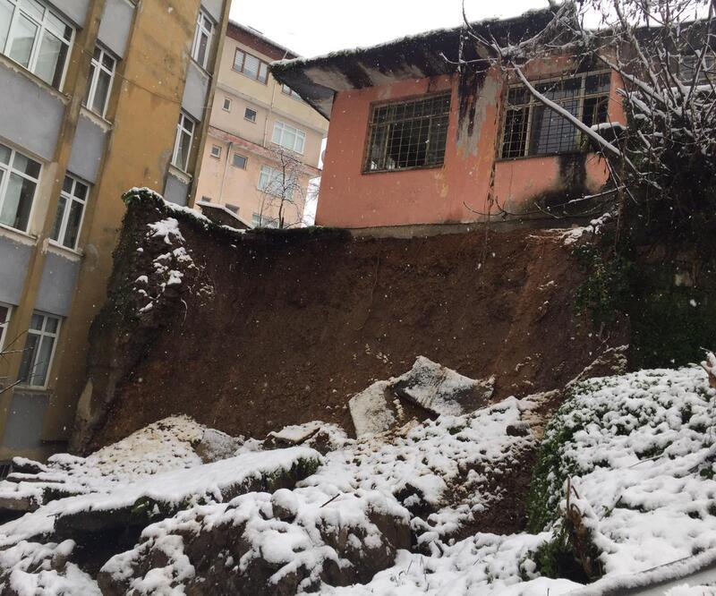 Toprak kayması sonucu binalar tahliye edildi