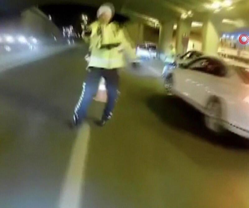 Motosikleti polisin üzerine sürüp böyle kaçtı!
