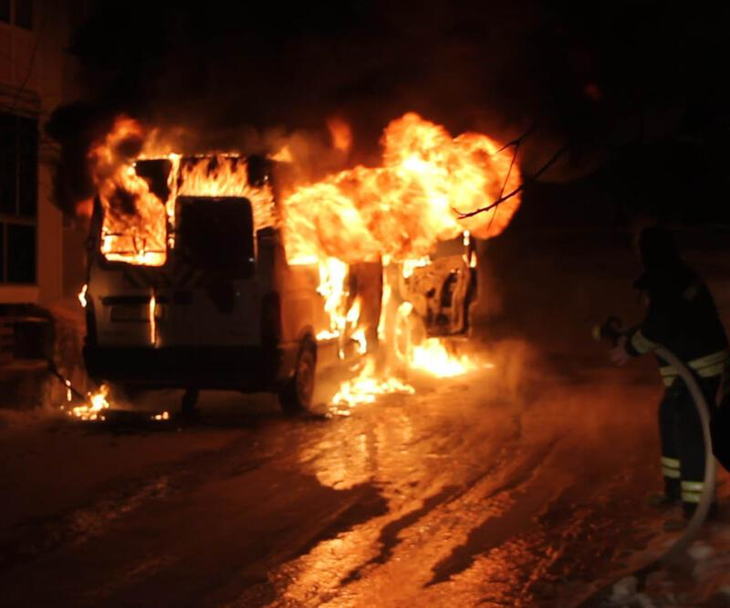 Pak halindeki minibüs yandı