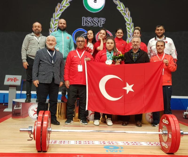 Melike Günal 3 altın madalya kazandı.