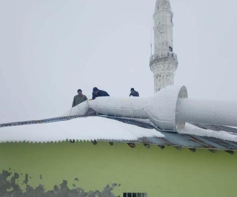 Caminin üstüne yıkılan minare kaldırıldı