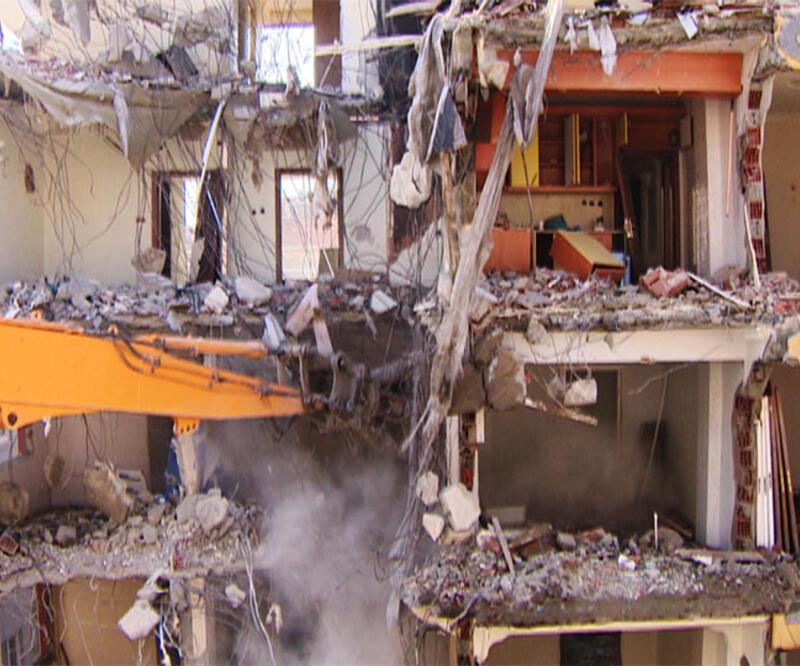 Bahçelievler'deki riskli binalarda yıkım sürüyor