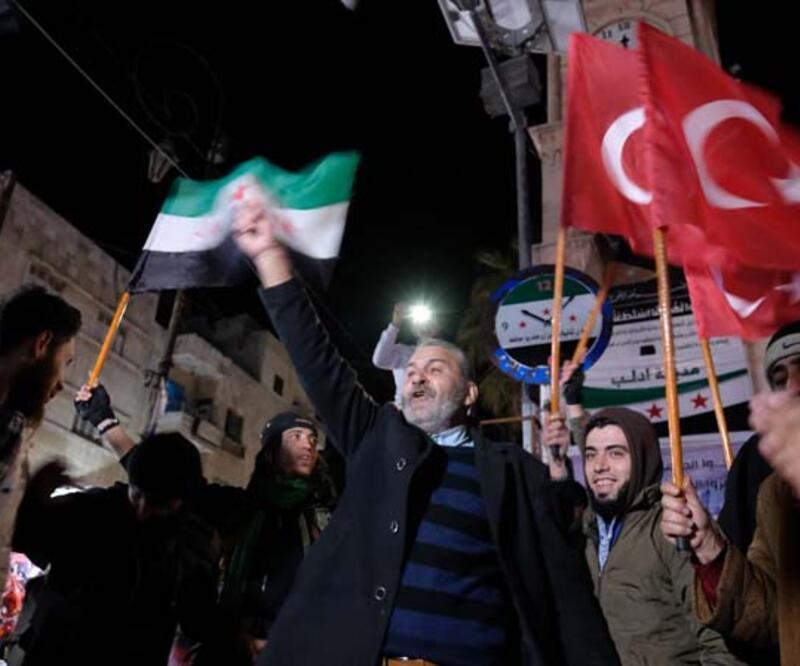İdlibliler, Türk bayraklarıyla sokağa döküldü