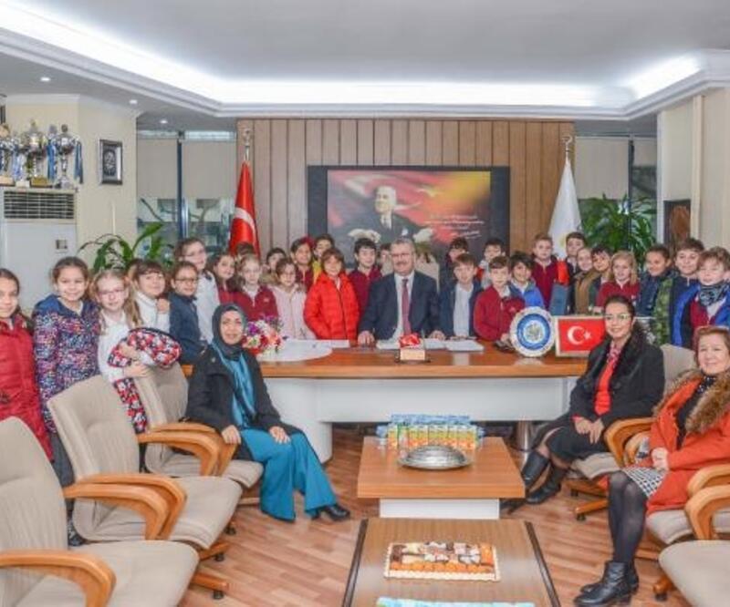 Karacabey Belediye Başkanı Özkan, öğrencilerle bir araya geldi