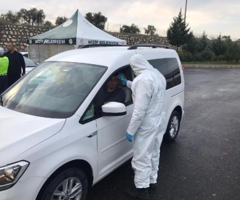 Nizip'te, sürücü ve yolcuların ateşi ölçülüyor