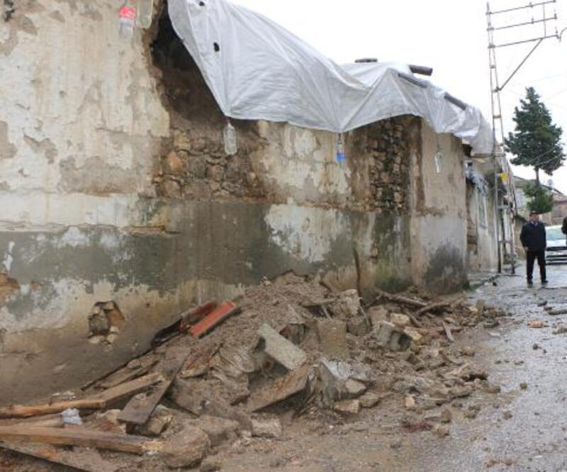 Sağanak yağış evin duvarını yıktı