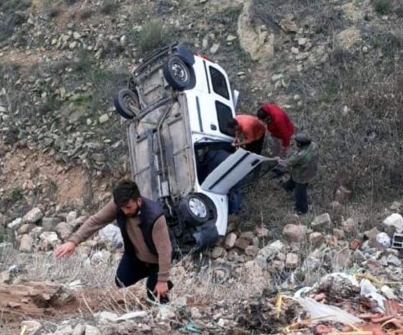 Sarıoğlan'da hafif ticari araç şarampole yuvarlandı: 1 yaralı