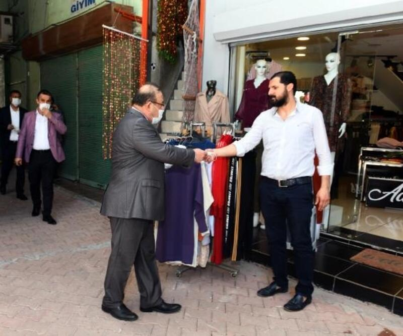 Antakya Kaymakamı Orhan Mardinliesnaf ve vatandaşlara maske dağıttı