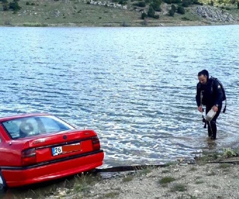 Otomobil sulama göletine düştü