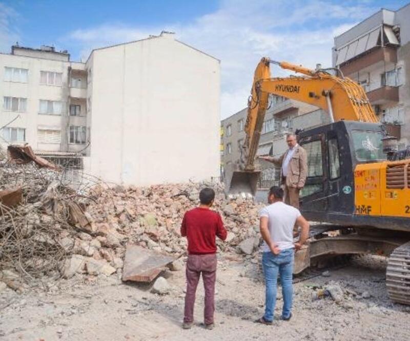 Karacabey'de depreme dayanıksız çıkan okul yıkıldı