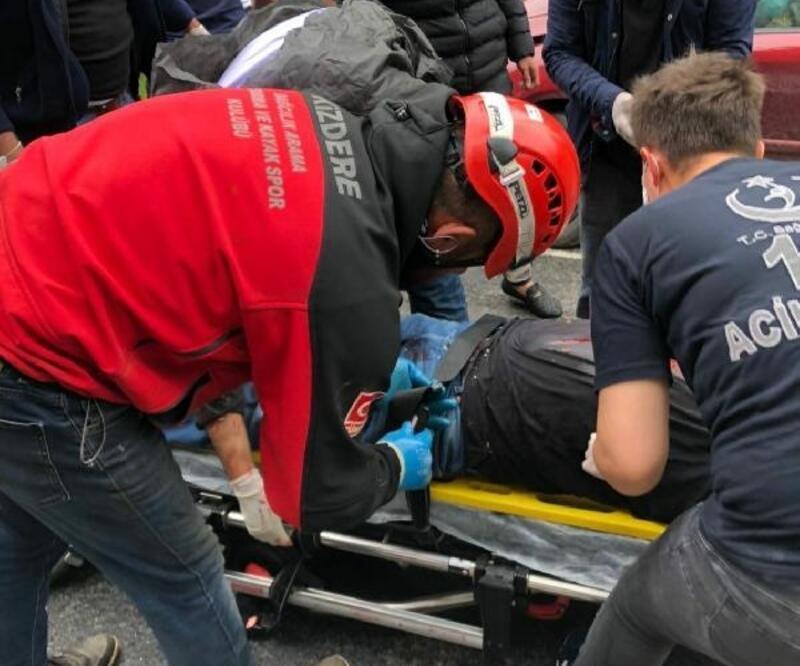 Kamyonun altında giren otomobilin sürücü ağır yaralandı