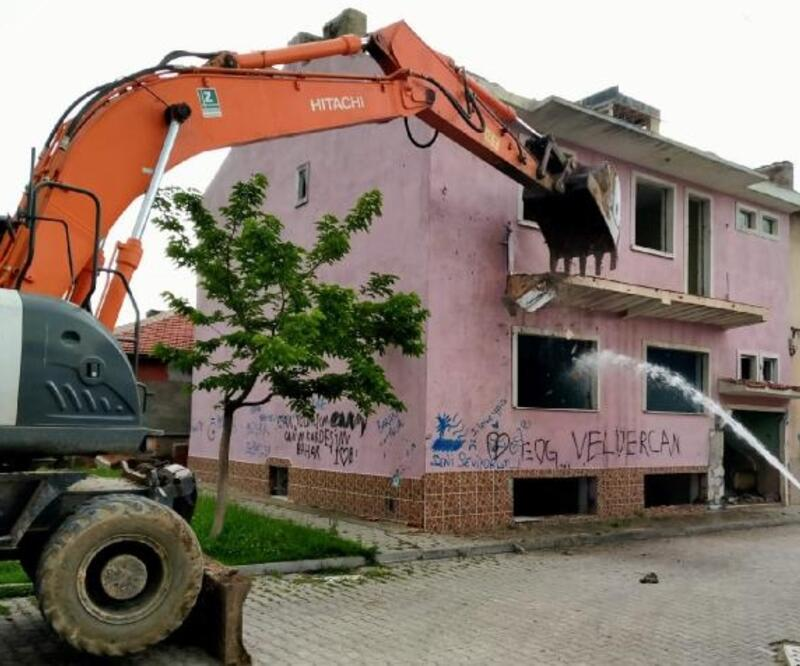 Eskişehir'de metruk ve riskli binalar yıkılıyor