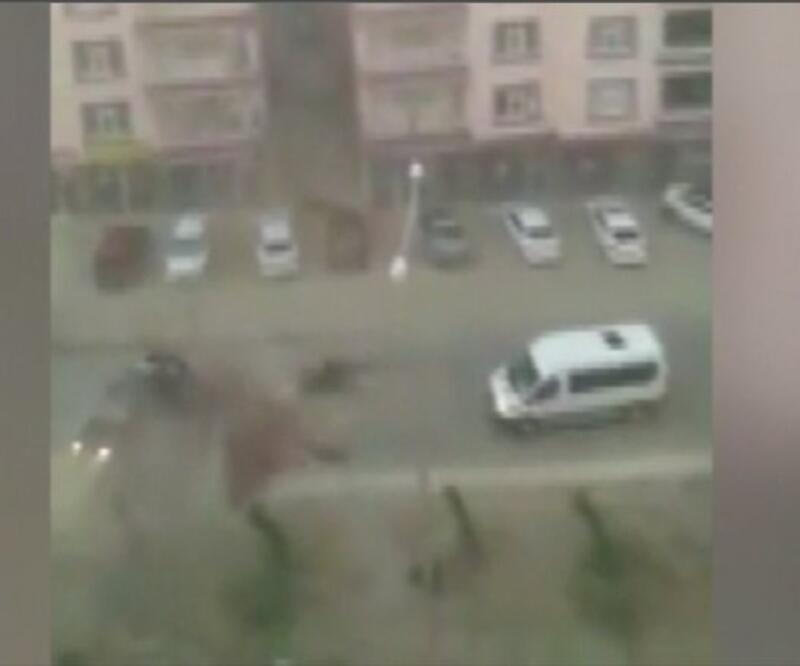 Fırtına binanın çatısını uçurdu | Video