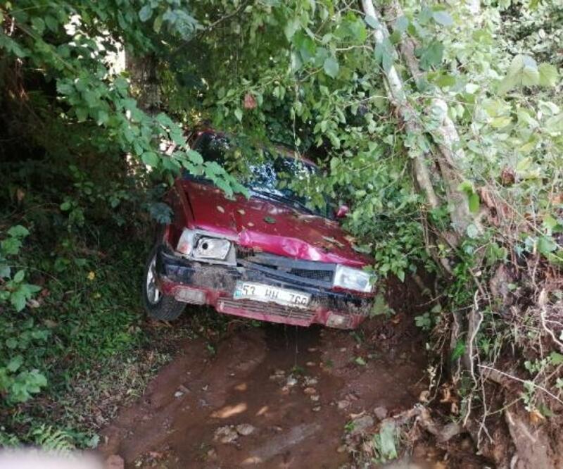 Rize'de heyelanda 2 araç hasar gördü