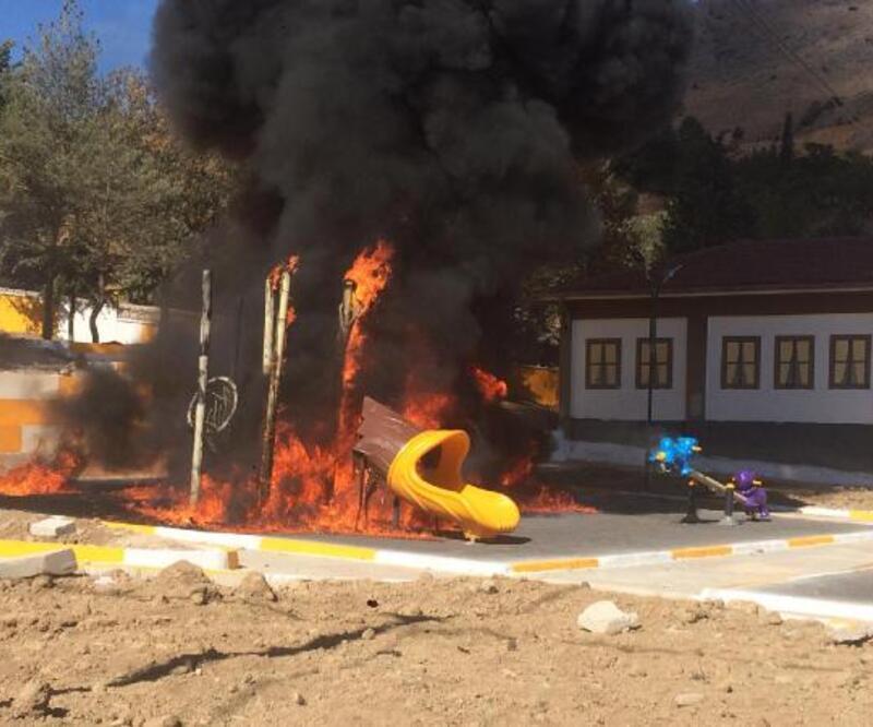 Son dakika haberler... Çocuk parkı alev alev yandı