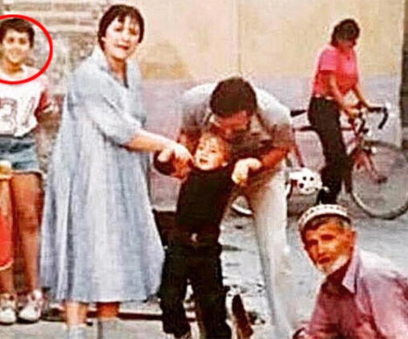 Ata Demirer'den tbt paylaşımı! '1985 Bursa Akbıyık Mahallesi duvara yaslanmış gülüyorum...'