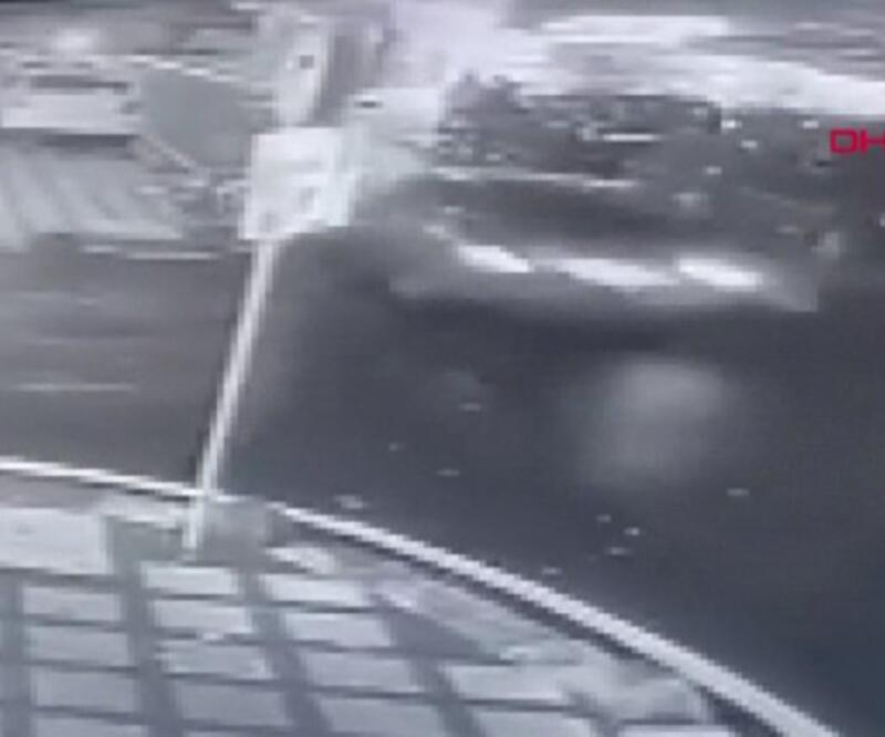 Sürücü önce 6 araca sonra bir evin duvarına çarptı | Video