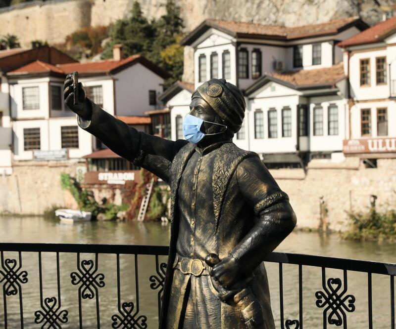 'Özçekim yapan şehzade heykeli' ile maskeli tedbir mesajı