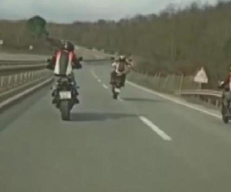 3 motosikletlinin tek teker terörü kamerada   Video