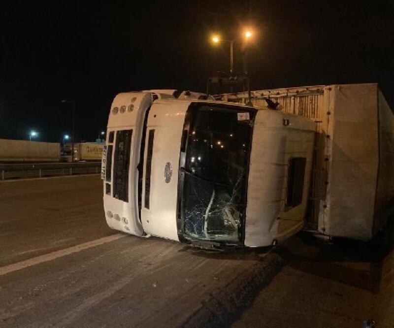 Hafif ticari araçla çarpışan kamyon devrildi: 1 yaralı