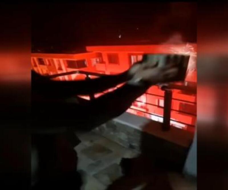 Sancaktepe'de terasta havai fişek patlatan gençler ölümden döndü | Video