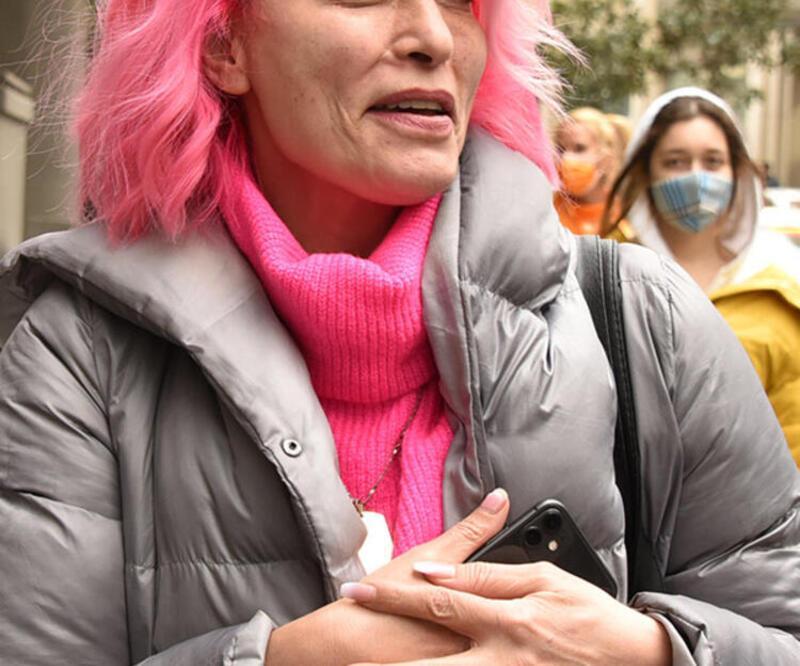 Leyla Bilginel muhabirlerin sorularını yanıtladı! İlginç tarzı dikkat çekti