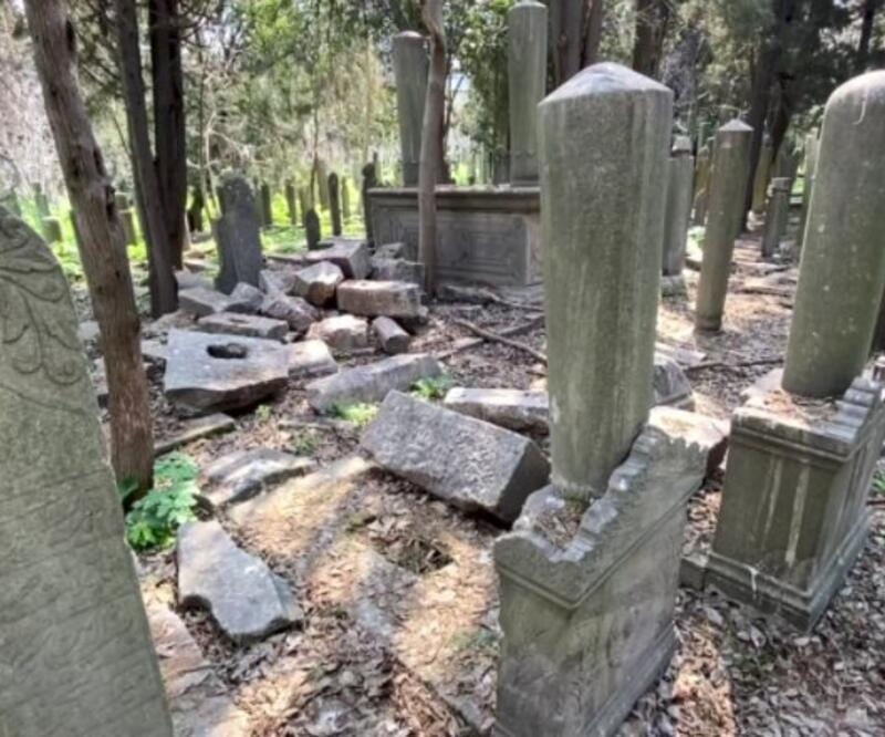Tarihi mezarlıkta defineci talanı
