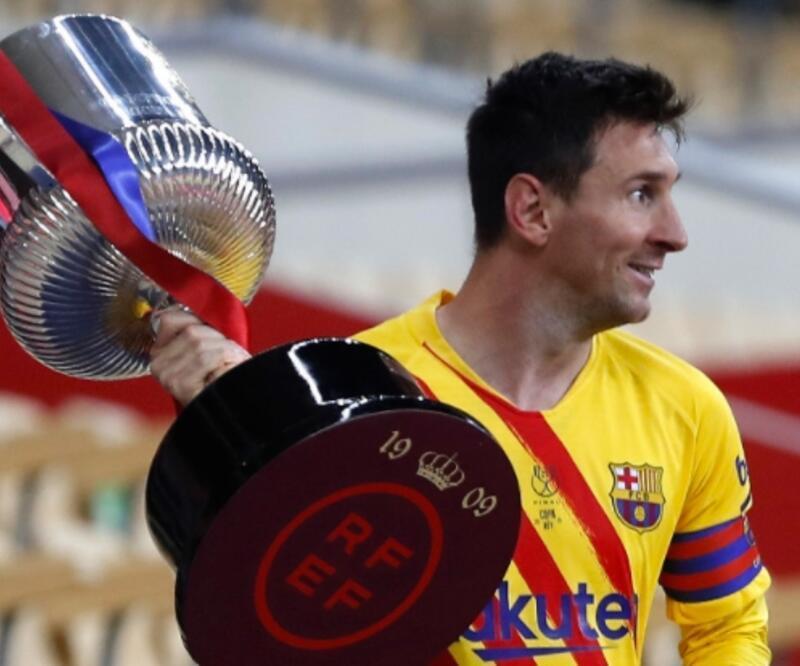 Lionel Messi imzayı atıyor