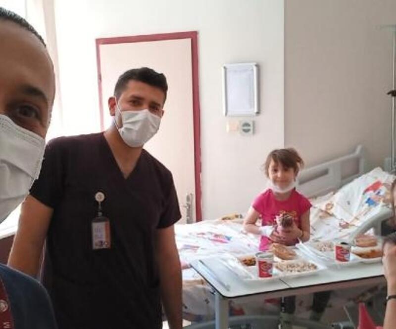 23 Nisan'da hastanedeki çocukların yüzünü güldürdüler