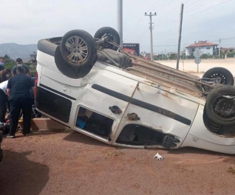 Refüje çarpan araç takla attı: 2 yaralı