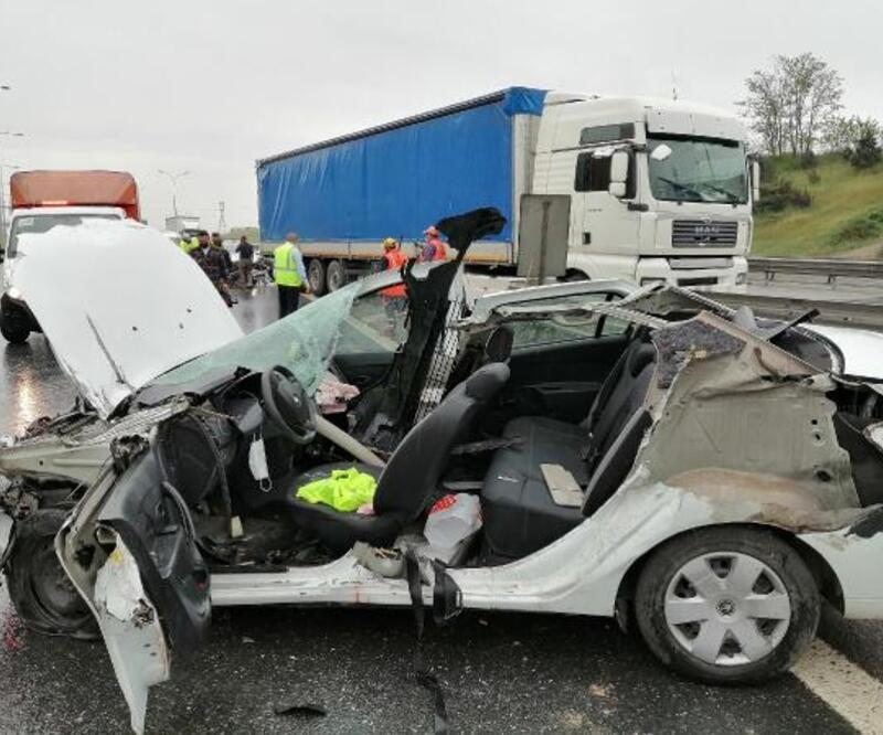 Pendik'te TIR'a çarpan otomobil hurdaya döndü