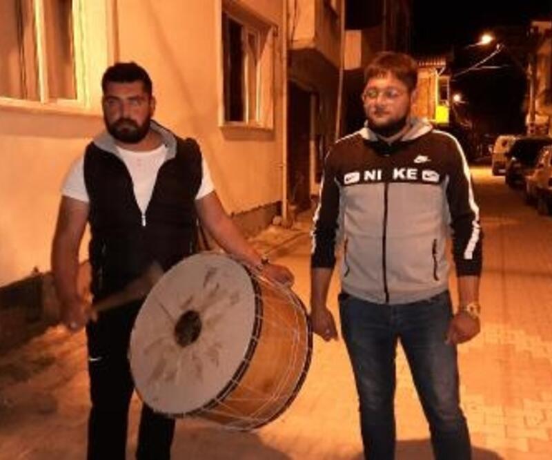 Koronavirüs, Ramazan davulcularının manilerine de yansıdı