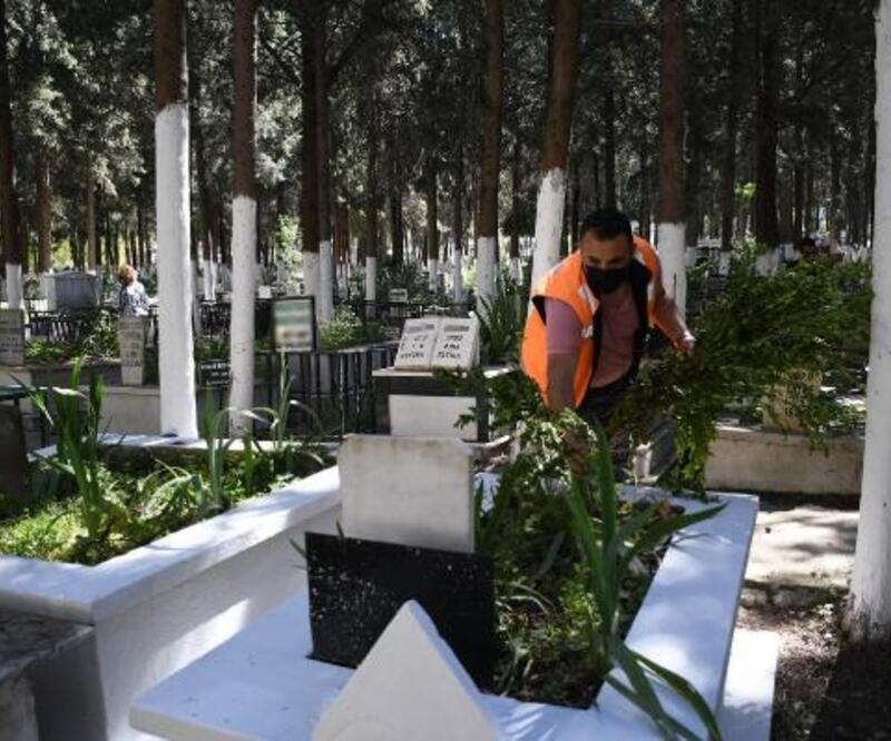 Kuşadası Belediyesi mezarlıkları çiçekle donattı