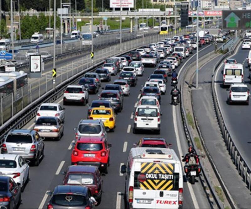 İstanbul'da kademeli normalleşmeyle trafik yoğunluğu yaşanıyor