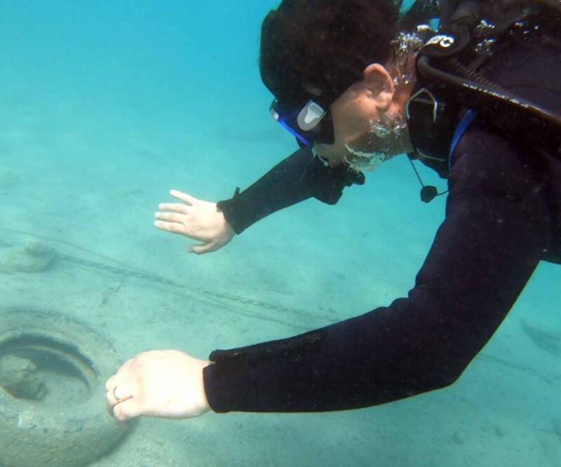 Deniz kirliliğine dikkat çekmek için dalış gerçekleştirdi