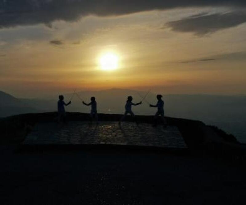 Spil Dağı Milli Parkı'nda gün batımında idman