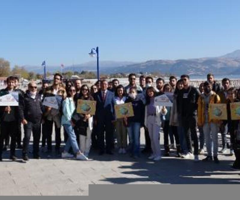 Öğrencilerinden gölde çevre temizliği